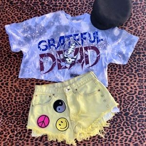 Yellow distressed Levi shorts
